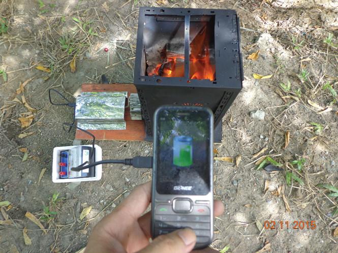 Bếp than đa năng sinh điện thắp sáng và sạc điện thoại di động - Ảnh: Nhân vật cung cấp
