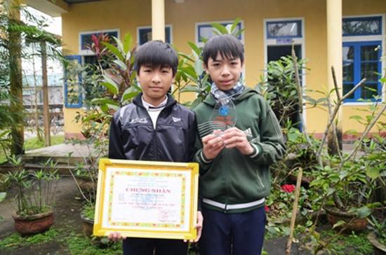 Hiệu và Tuấn nhận giải nhất cuộc thi Sáng tạo trẻ tỉnh Quảng Trị.