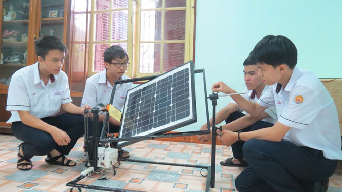 Nhóm học sinh Trường THPT chuyên Quốc học Huế và sản phẩm sáng tạo pin năng lượng mặt trời.
