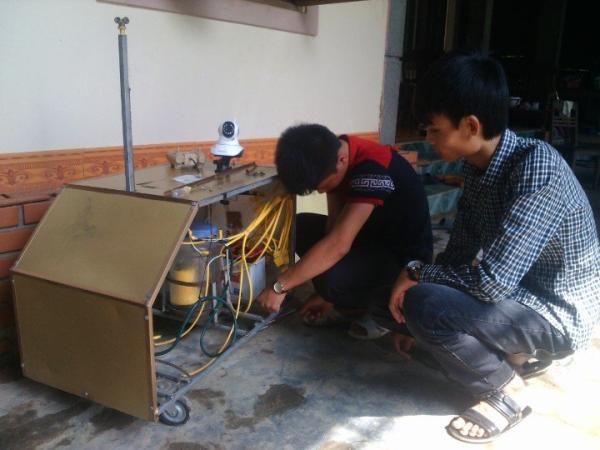Nhóm tác giả Lê Hữu Lợi và Phan Văn Tuấn đang hoàn thiện mô hình