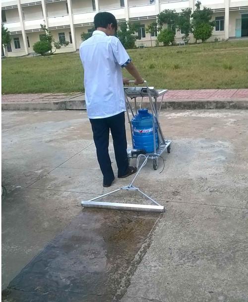 Quét nước vôi trên đường để làm sạch rong rêu