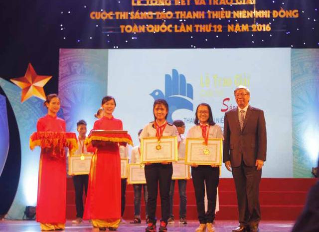 """Như và Trang nhận bằng khen giải Nhất cuộc thi""""Sáng tạo thanh thiếu niên, nhi đồng toàn quốc năm 2016"""" (ảnh: nhân vật cung cấp)"""