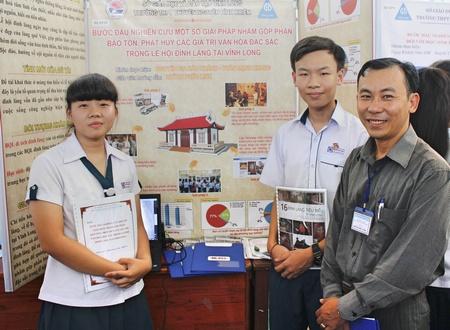 Thầy Huỳnh Phúc Linh và Bảo Khánh, Mạnh Khang chụp ảnh lưu niệm trong hội thi Khoa học, Kỹ thuật cấp tỉnh vừa qua.
